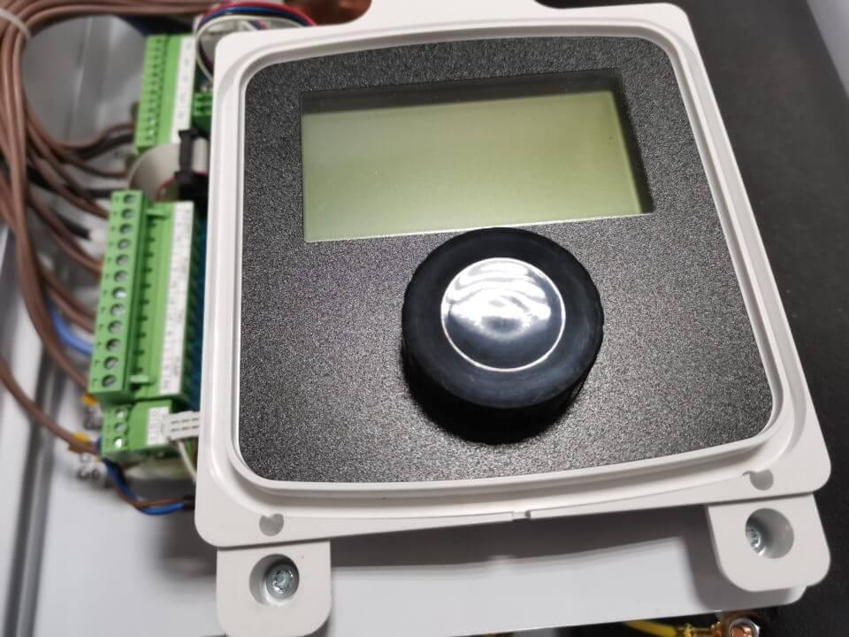 avtomatika-pozvolyaet-rabotat-po-temperature-teplonositelya-ili-pogody